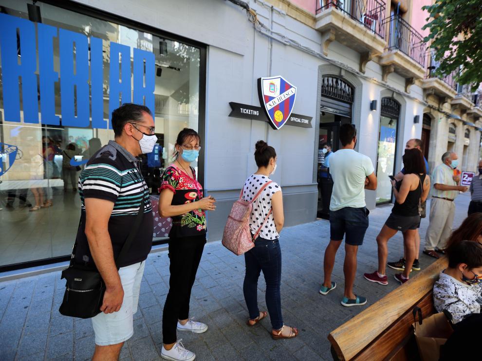 A lo largo del día se han formado largas colas en la tienda del Huesca.