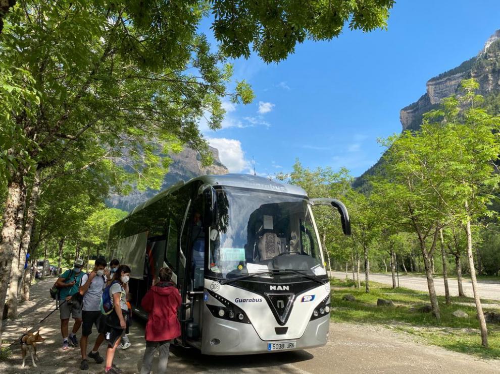 Visitantes cogen el autobús en la Pradera de Ordesa para bajar a Torla