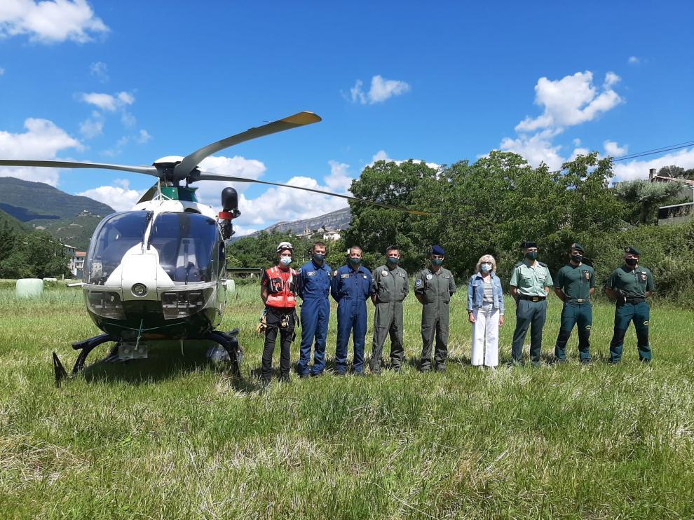 El equipo de rescate junto a la subdelegada del Gobierno, Silvia Salazar.