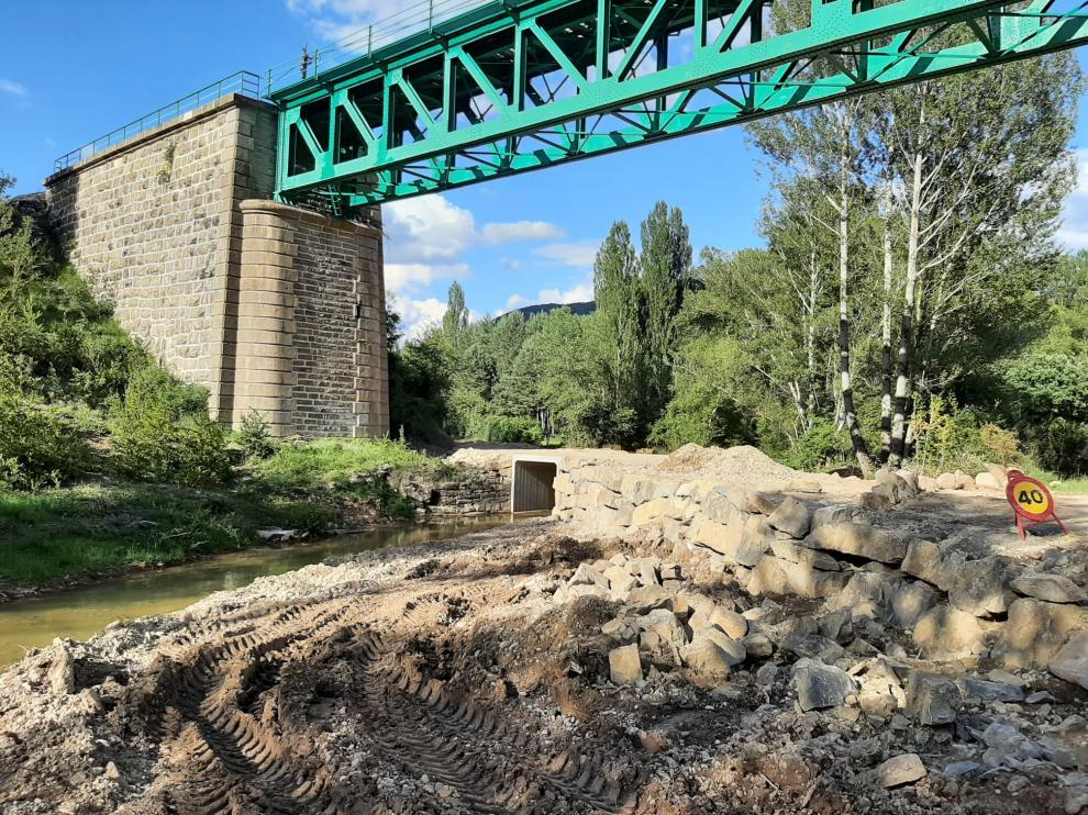 Obras en la pista de acceso a Ibort en su confluencia con el barranco de Abena.