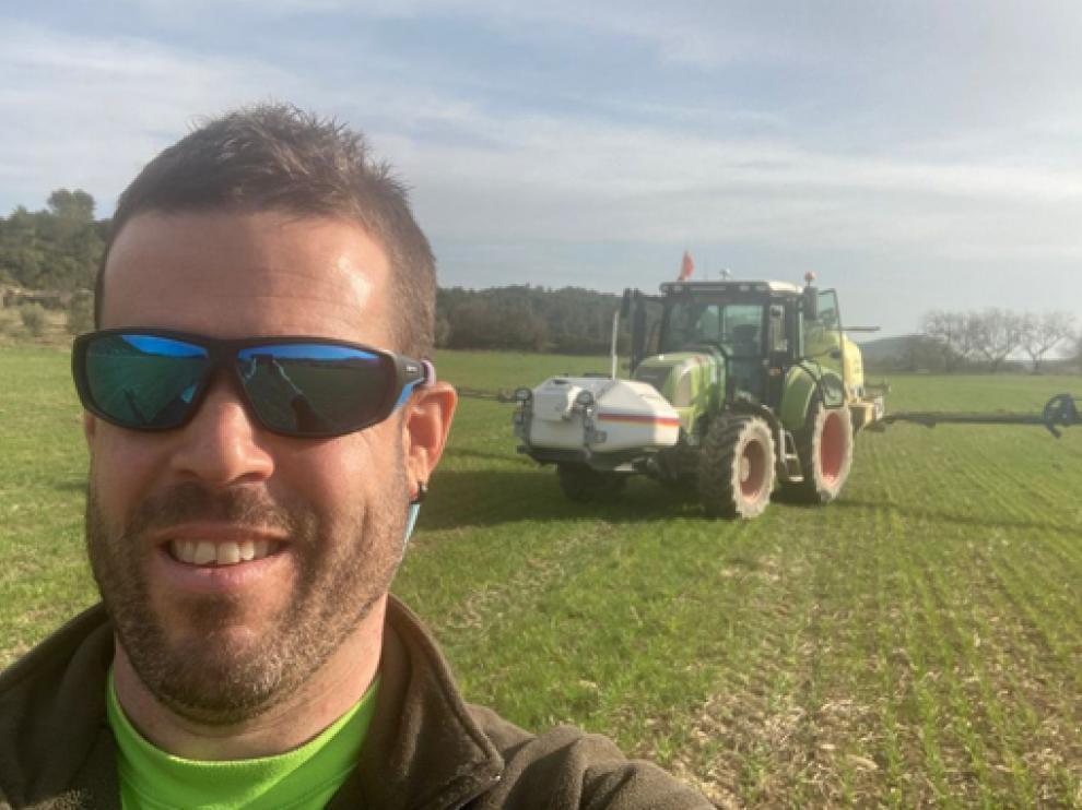 Antonio Sanclemente, con su tractor en el campo.
