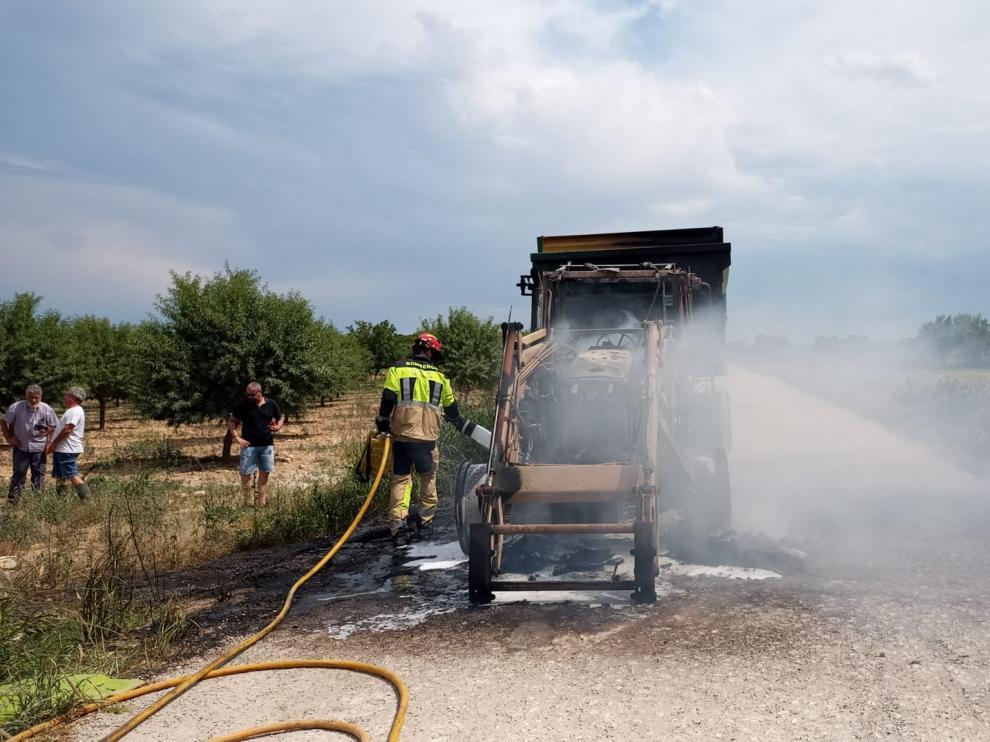 El tractor con remolque que ha ardido este sábado entre San Juan de Flumen y La Cartuja de Monegros.