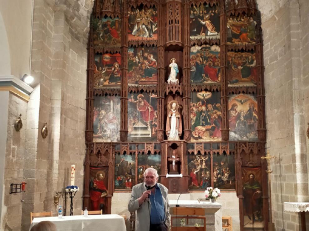 Martí Fornés ante el retablo de la parroquia de Capella.