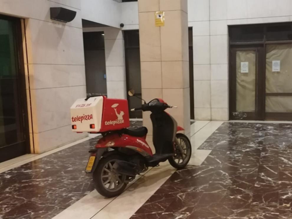 Motocicleta aparcada dentro de un edificio de Huesca
