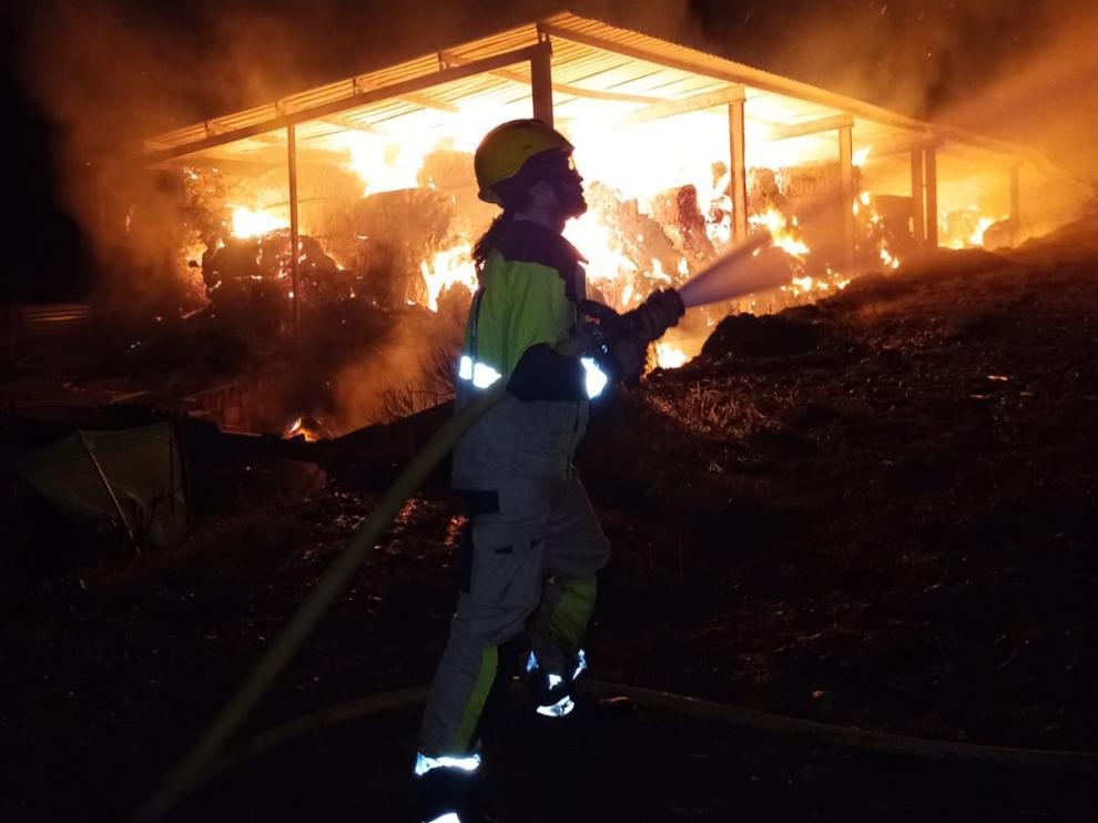 Las llamas han calcinado el almacén de paja de Naval