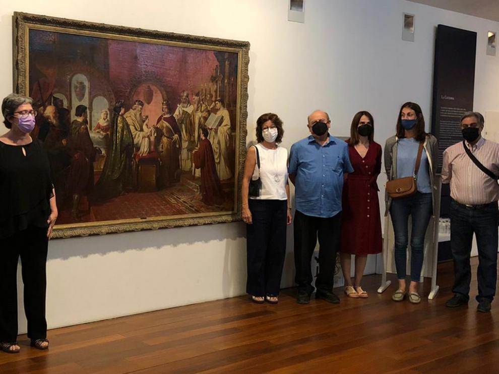 Las autoridades posaron con el cuadro en el Museo Diocesano Barbastro-Monzón.
