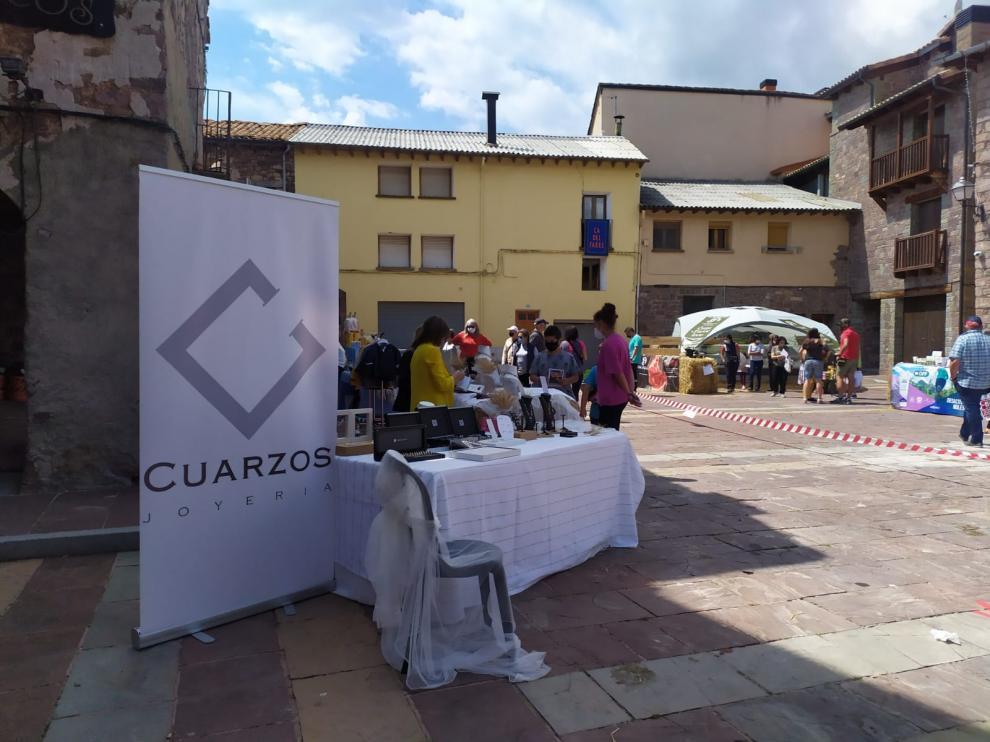 Los puestos de artesanía y agroalimentación se dispusieron por el casco urbano de Laspaúles.