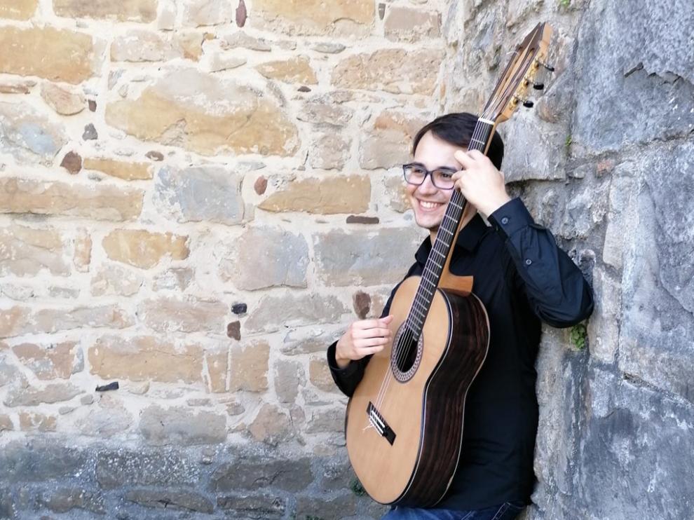 Marcos Marín es un guitarrista natural de Calahorra, donde en 2018 obtuvo el título de Grado Profesional de Música.