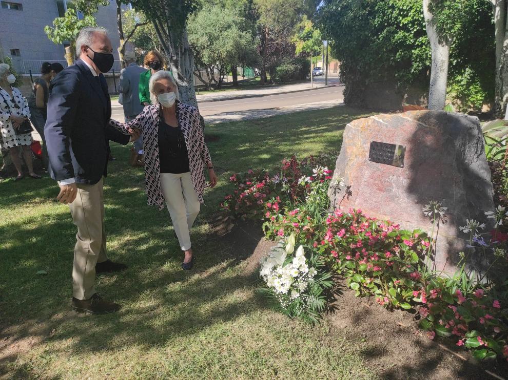 El alcalde de Zaragoza, Jorge Azcón, junto a la viuda de Publio Cordón en el homenaje de ayer.
