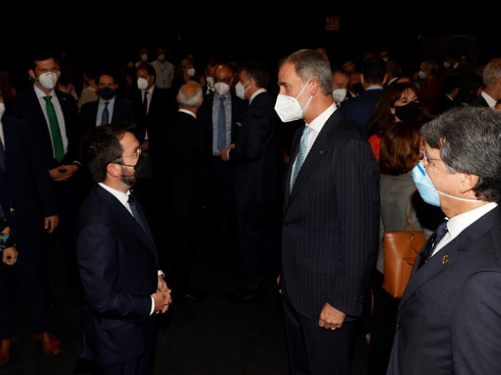 El rey Felipe VI conversa con Pere Aragonès.