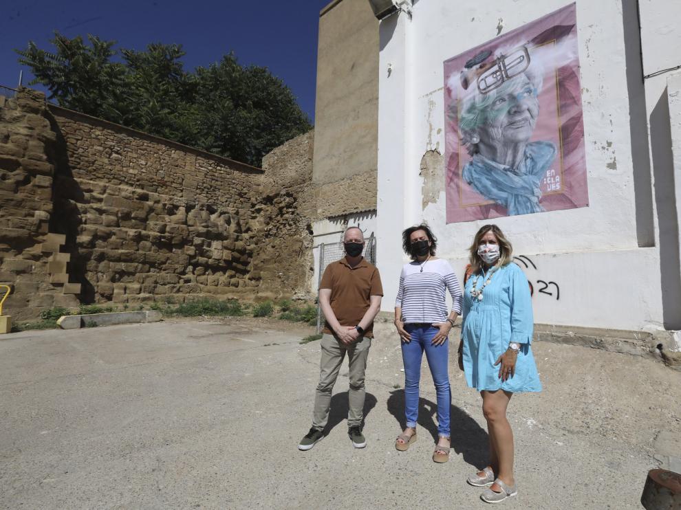 Ramón Lasaosa, Sol Montenegro y Beatriz Calvo, delante de la imagen del cartel de EnClaves
