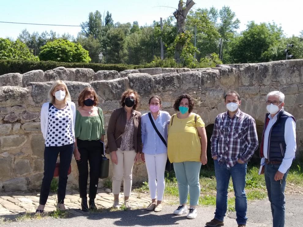 Olga Alastruey con los alcaldes de los municipios del CRA, su directora y su secretaria.