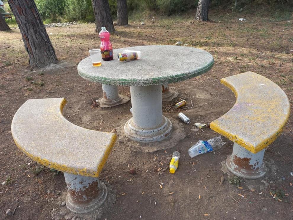 Restos de botelllón en Los  Sotos de Monzon