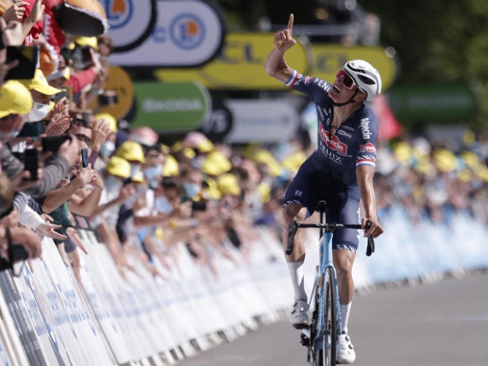 Mathieu van der Poel dedicó su triunfo al su abuelo fallecido en 2019, el legendario Raymond Poulidor.