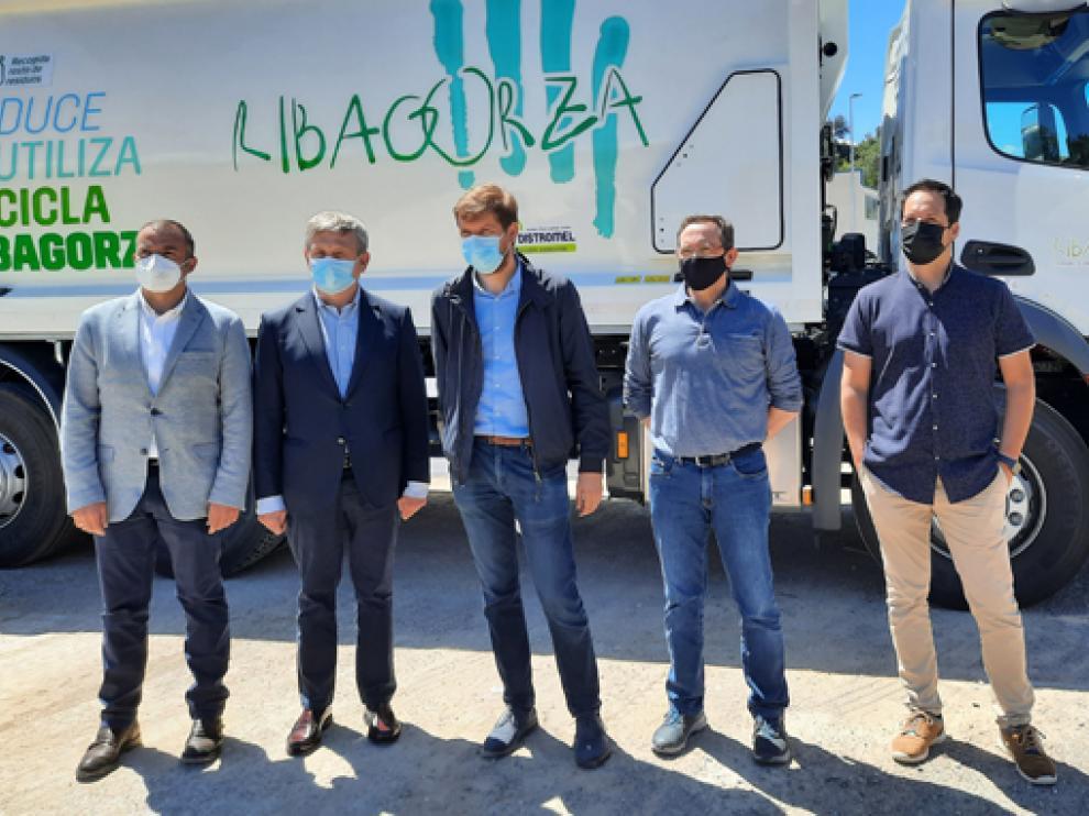 Representantes de la Comarca de Ribagorza y de Urbaser, junto a uno de los nuevos vehículos.