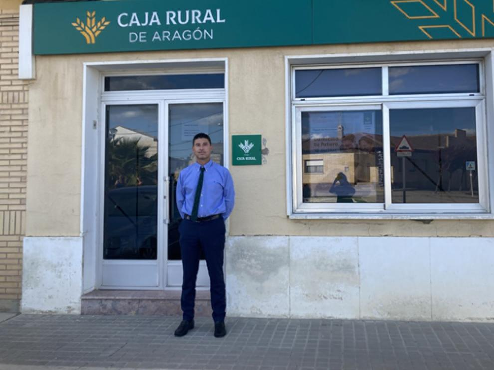 Eduardo Casamayor, en la oficina de Caja Rural en Alcubierre.