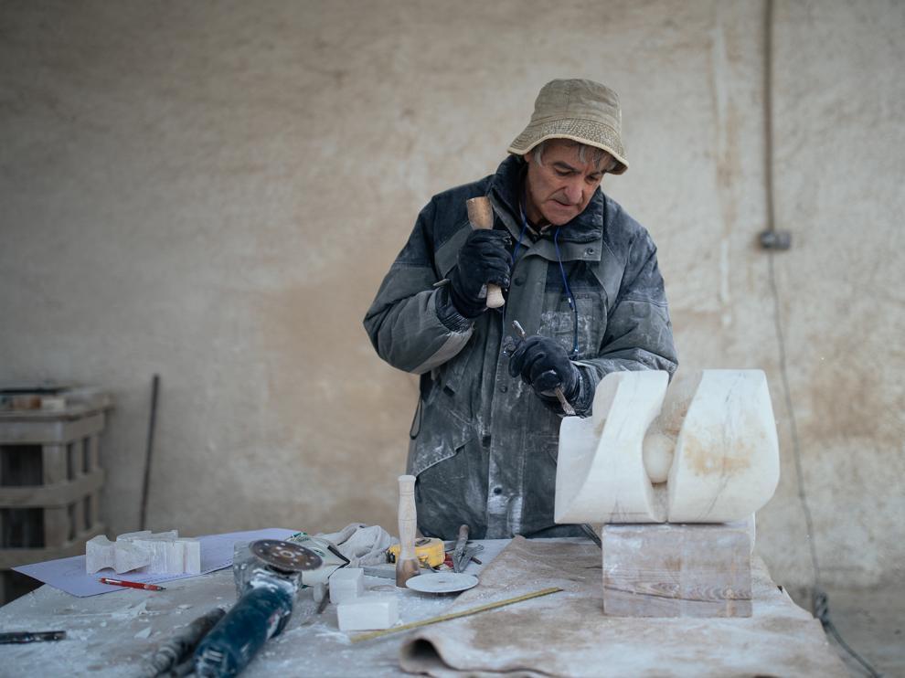 Pedro Ania realizando una de sus obras.