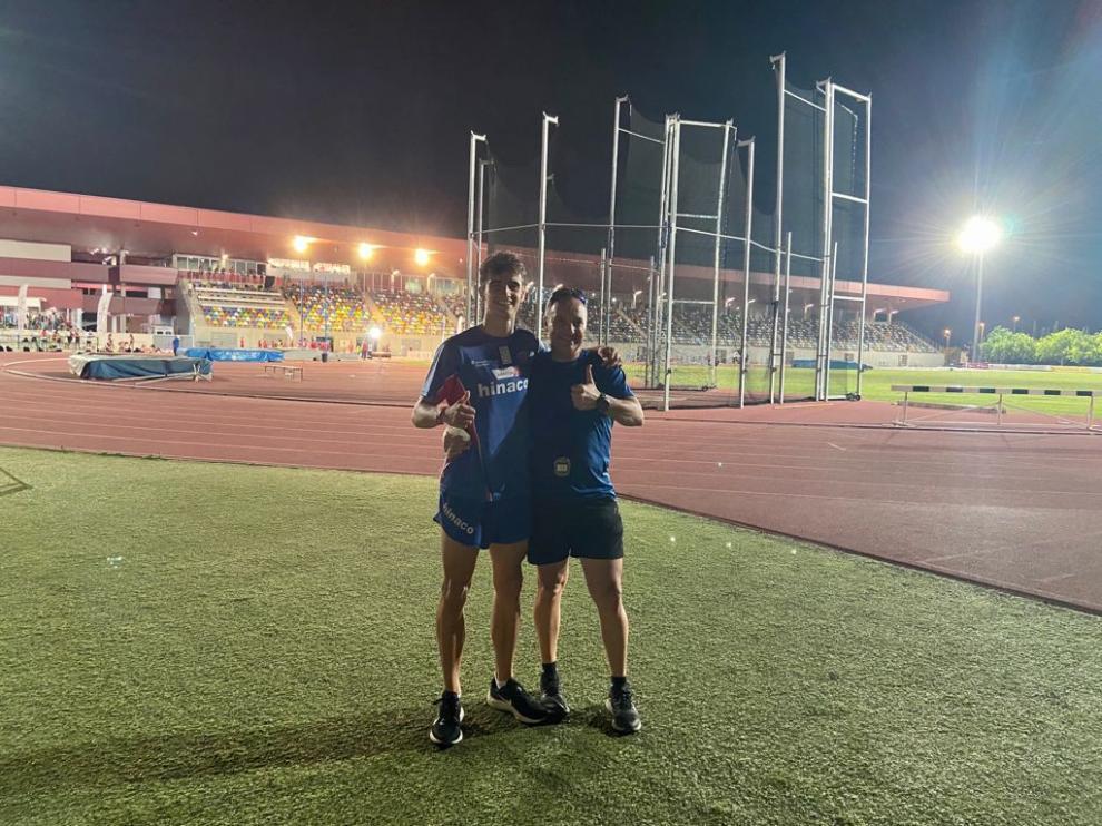 Pol Oriach y su entrenador, Phondy, este martes en Castellón.