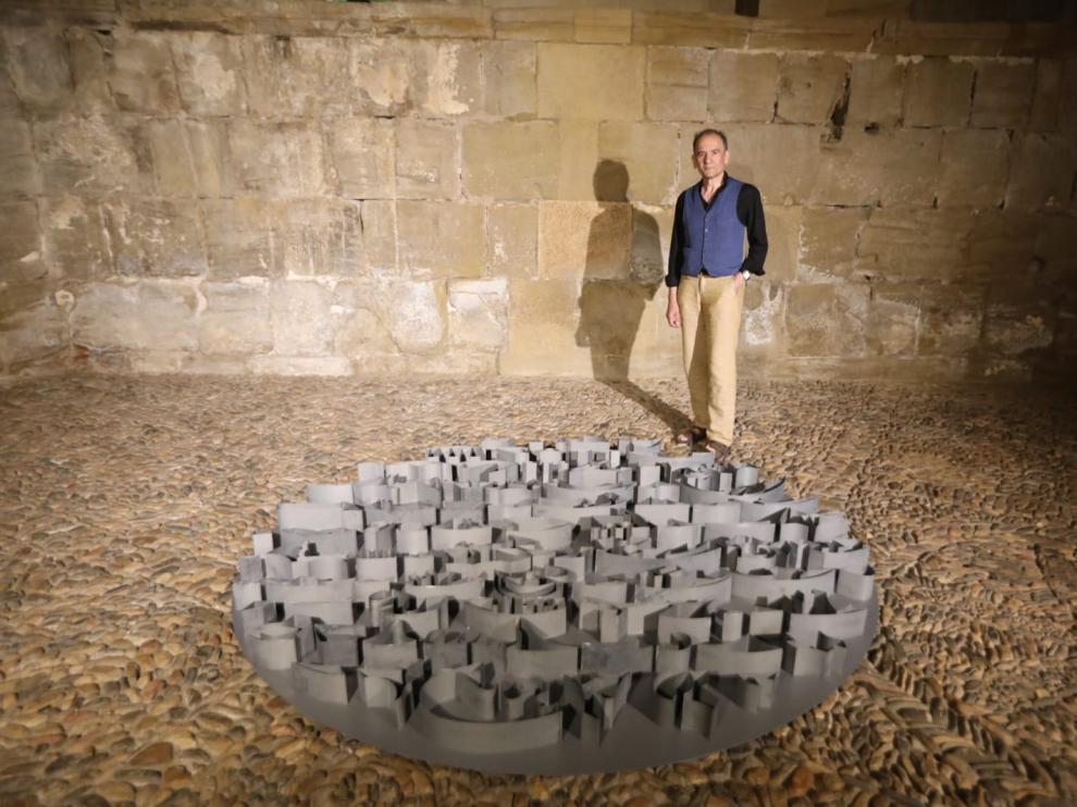 Santiago Arranz posa con una de sus obras en la Sala de la Campana.