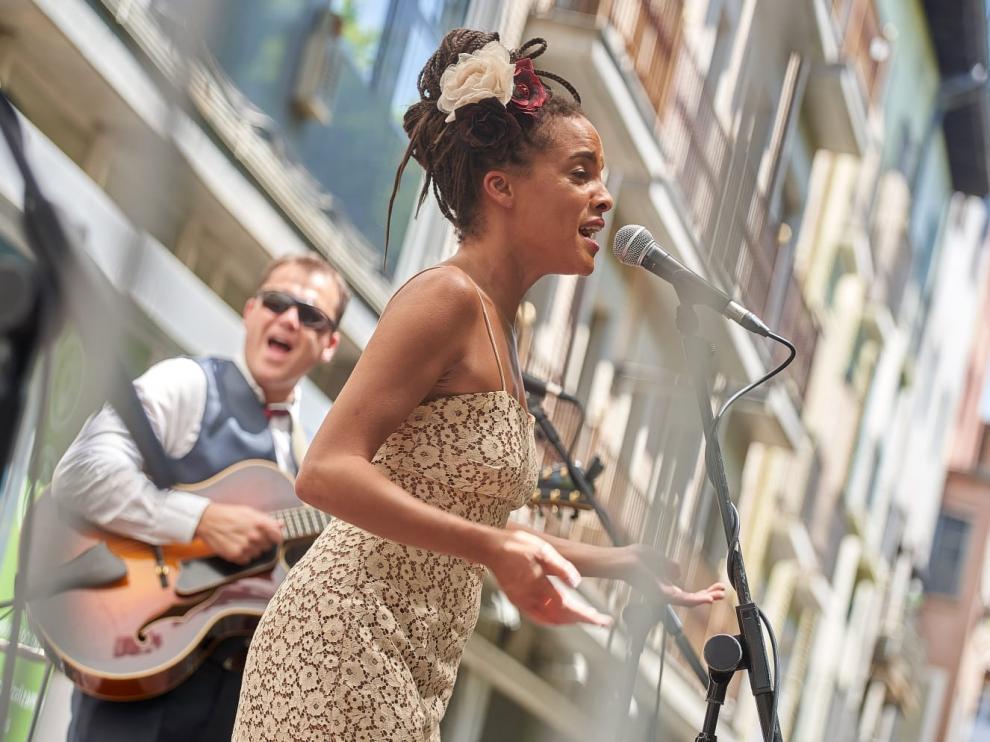 Saphie Wells&The Swing Cats protagonizaron la sesión vermú de este domingo en el Paseo del Coso.