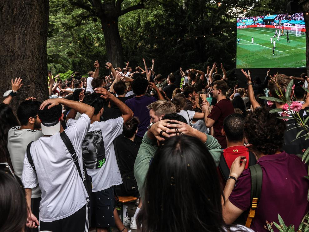 Aficionados alemanes viendo ayer al aire libre el partido de la Europa de su país contra Reino Unido.