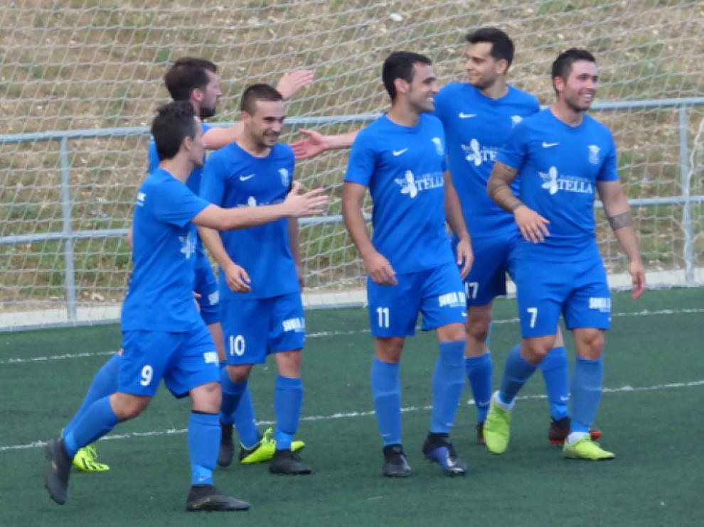 Lasheras (10), felicitado por sus compañeros tras marcar el gol 106 con la camiseta de la Ferranca.