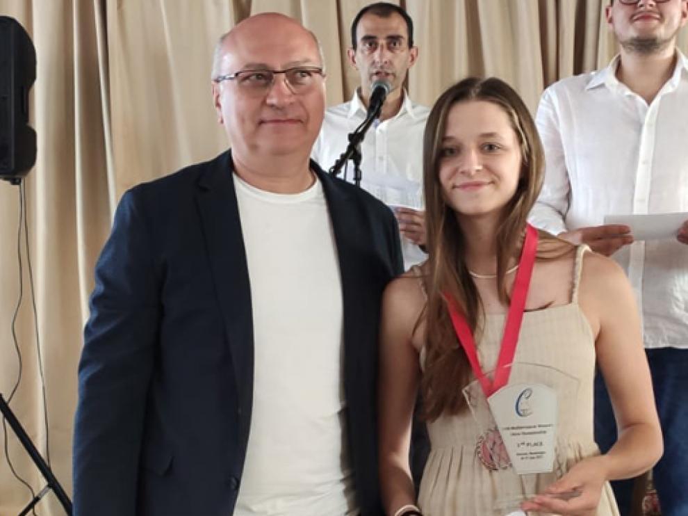 María Eizaguerri, con su trofeo como tercera clasificada en Montenegro.