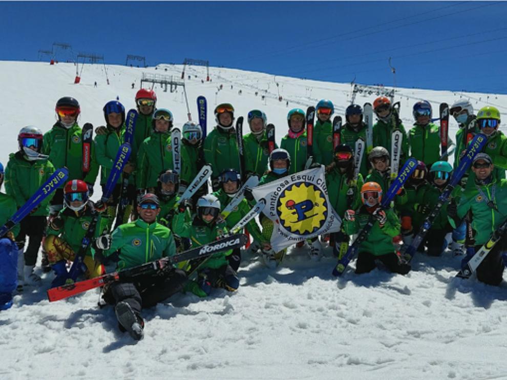 Monitores y deportistas del Panticosa EC en la estación alpina.