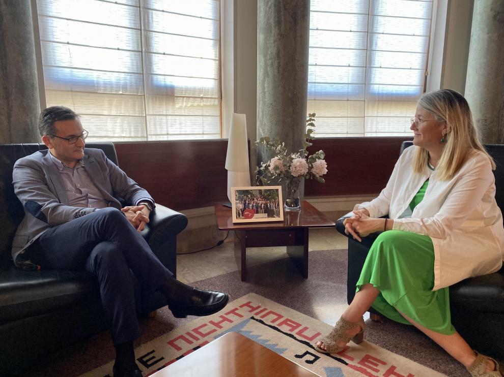 Roque Vicente y Raquel Latre, en el encuentro que mantuvieron este martes