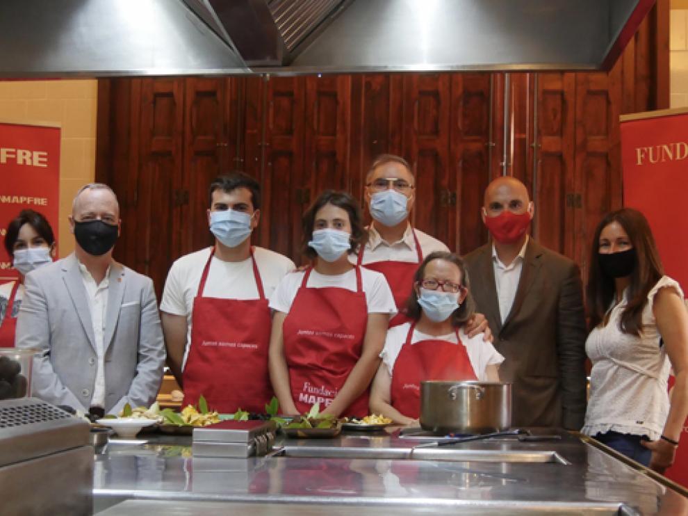 Usuarios y miembros de Valentia junto a Carmelo Bosque en las cocinas del Lillas Pastia.