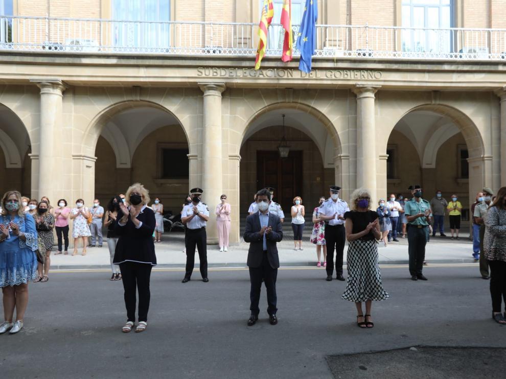 El alcalde de Huesca, Luis Felipe, y la subdelegada de Gobierno en Huesca, Silvia Salazar, en el minuto de silencio.