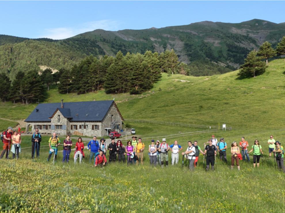El grupo de senderistas, en una parada del itinerario por el Valle del Aragón.