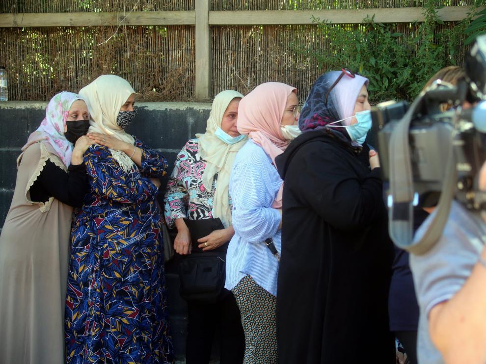Un grupo de mujeres marroquíes ayer junto al domicilio de la mujer asesinada.    foto pablo segura 30 6 - 21
