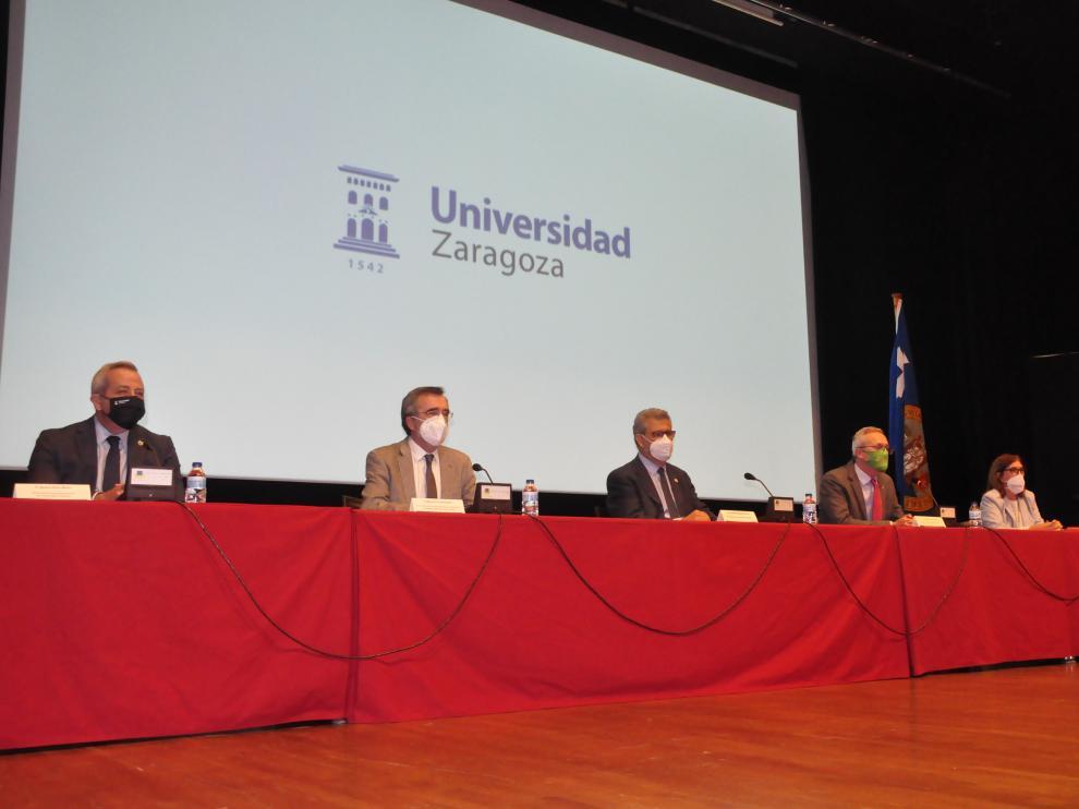 Peiró, Cruz, Mayoral, Ramón, Polo y Lagüéns, en el Palacio de Congresos, durante la conferencia inaugural de los cursos.