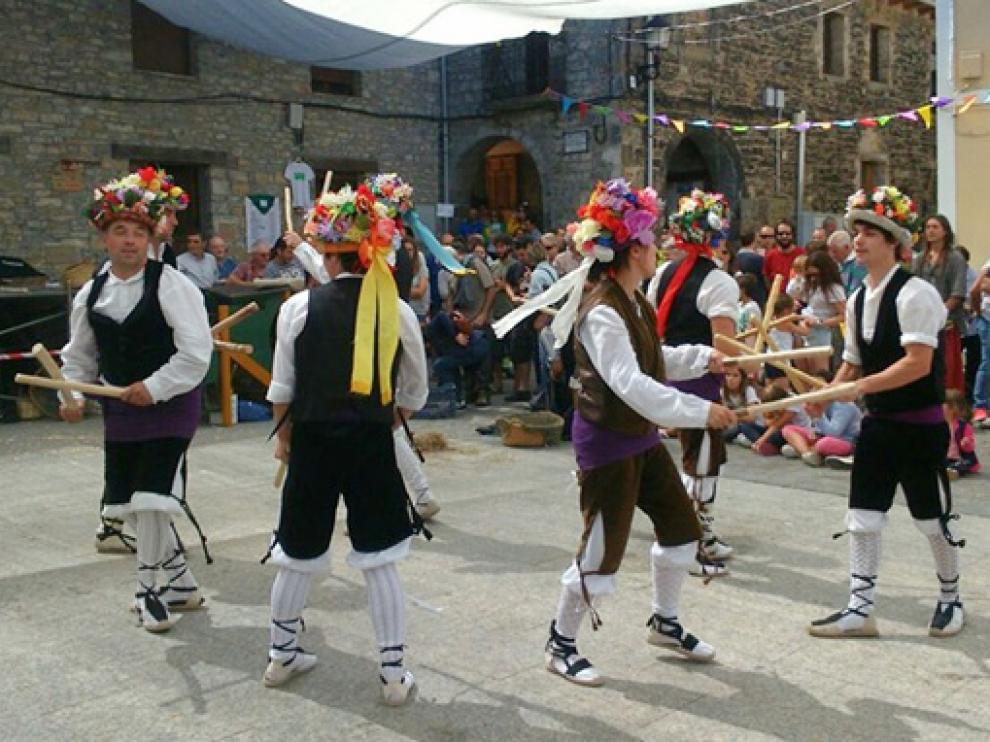 Actuación del grupo de paloteau de la pedanía chesa de Embún, durante una anterior edición del PIR.