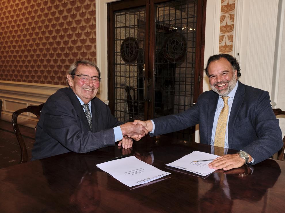 Alejandro Echevarría y Fernando de Yarza firmaron el acuerdo de colaboración.