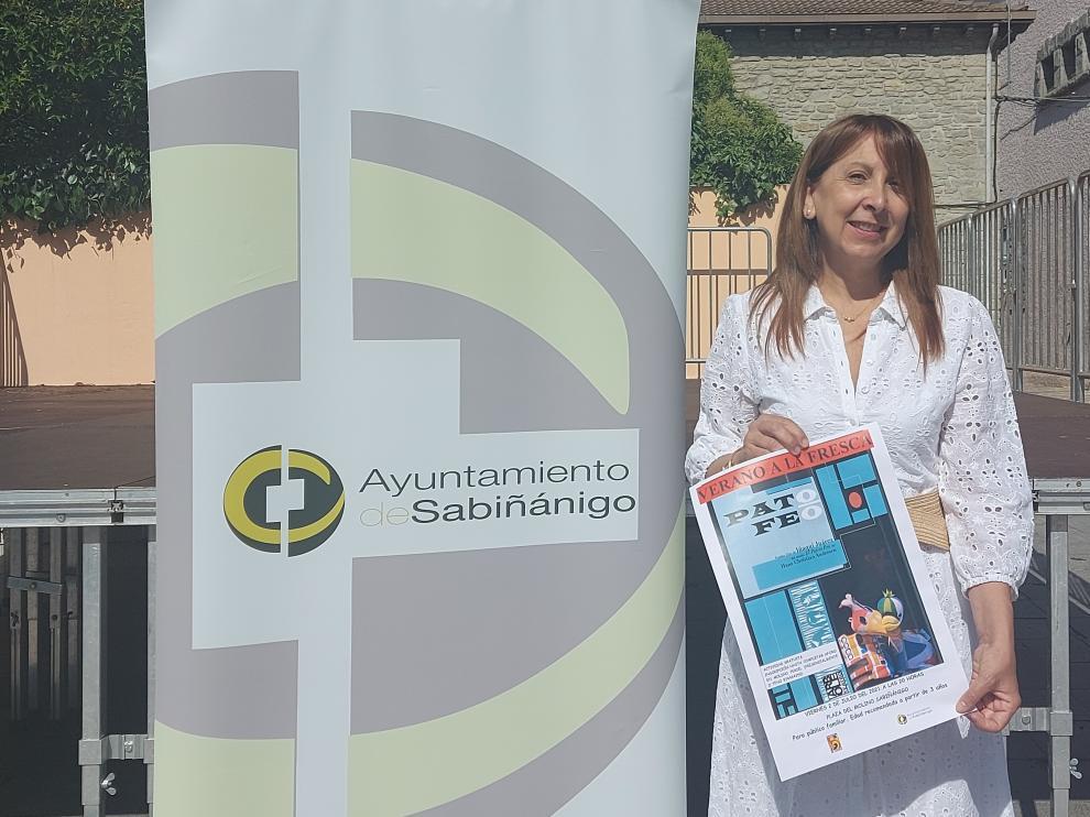 Berta Fernández en la plaza del Molino con el cartel de Pato Feo que presenta hoy Teatro Arbolé en este mismo escenario.