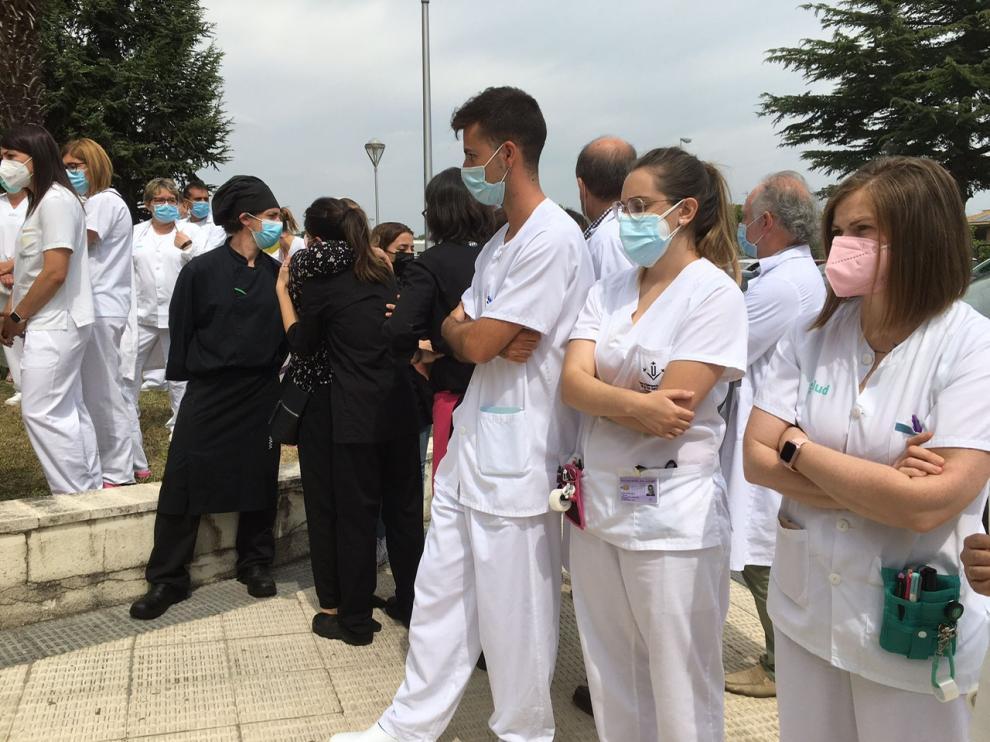 Concentración ayer de los compañeros de Hassna en el Hospital de Barbastro.
