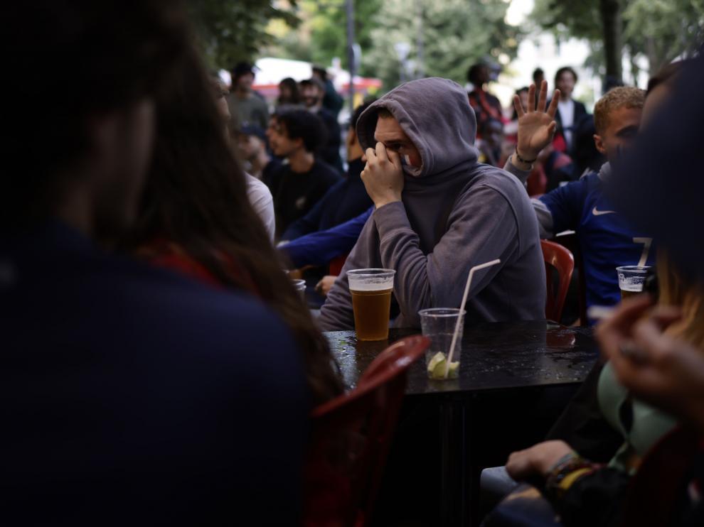 La Eurocopa es una de las preocupaciones de la OMS. En la imagen, un seguidor del partido Francia-Suiza el lunes en París.