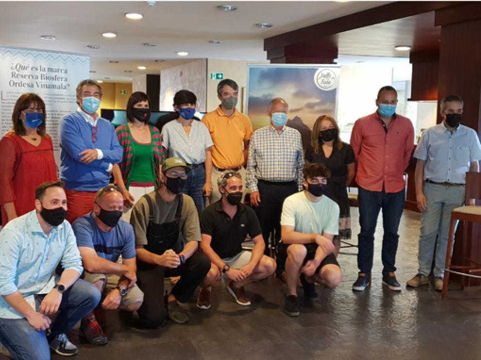 Asistentes a la presentación del vídeo promocional sobre cicloturismo en el Valle de Tena.