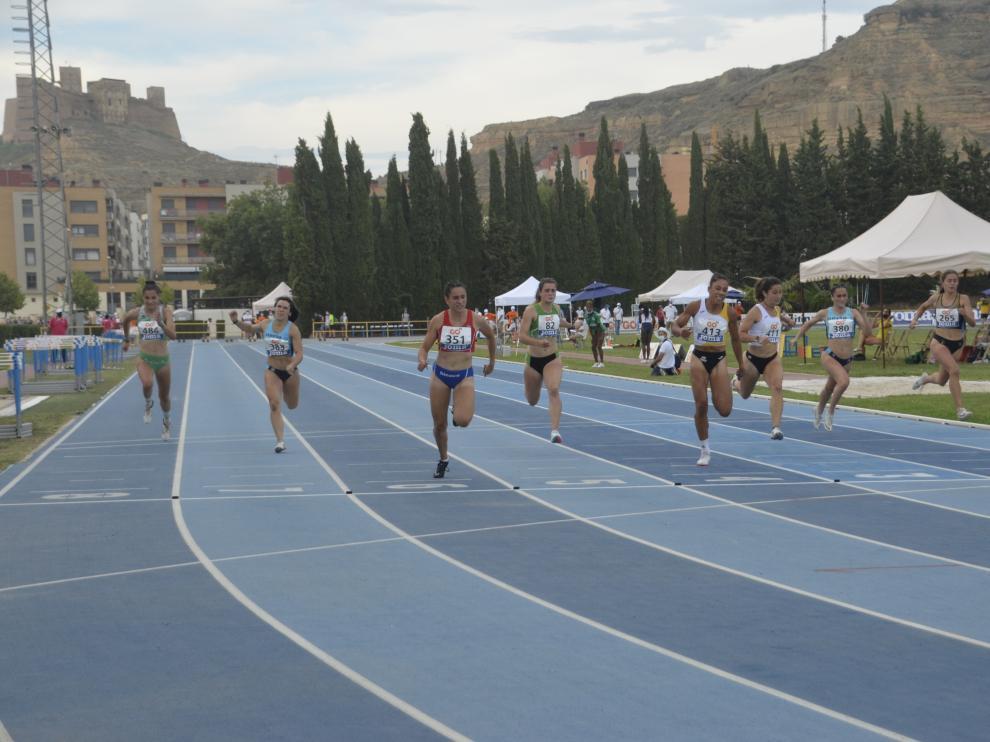 Laura Pintiel en el momento de cruzar la línea de meta.