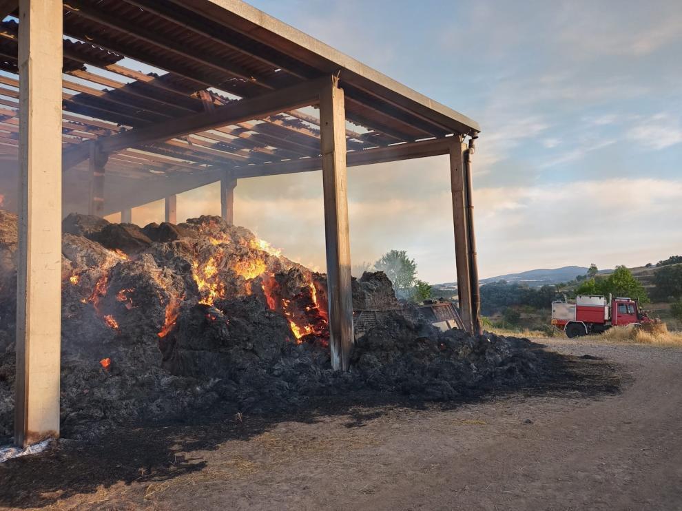 Las llamas han afectado al almacén.