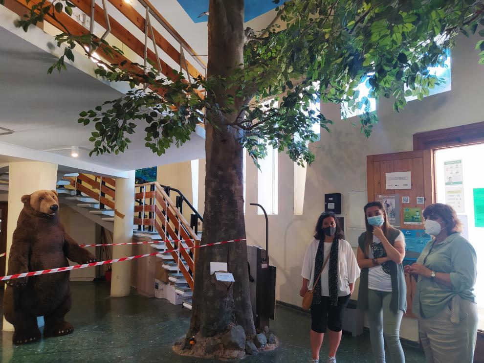 La consejera, flanqueada por la concejala de Desarrollo Rural y la alcaldesa, en el Centro de Interpretación de Ansó.