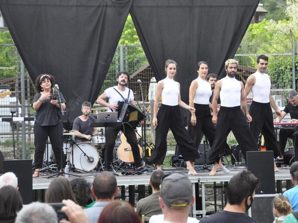 El vasco Xabi Solano (segundo por la izquierda y con el acordeón), invitado estrella de esta edición.
