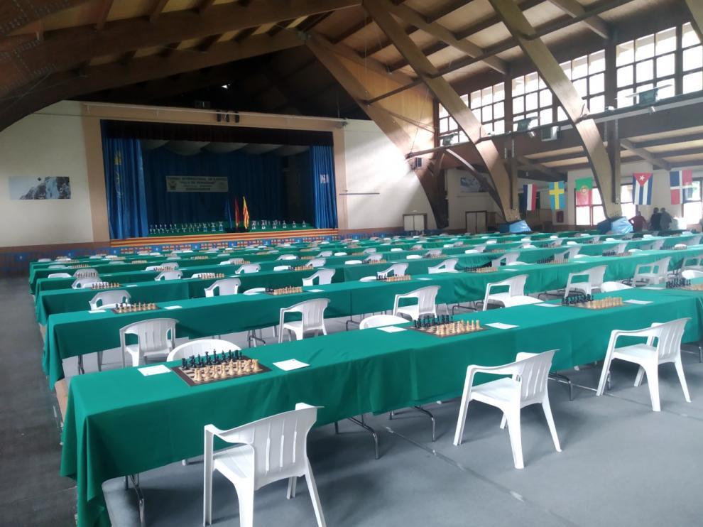 Aspecto del Polideportivo de Benasque, con las mesas a punto para el torneo.