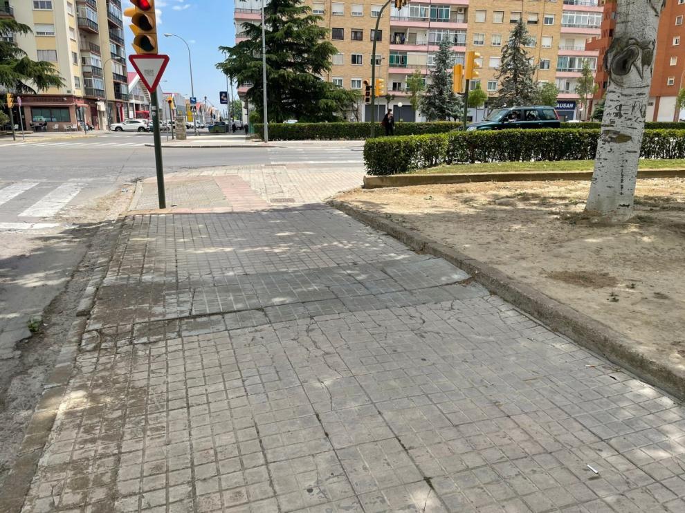 Las aceras desgastadas por el paso del tiempo de la calle Ingeniero Pano esquina con Martínez de Velasco.