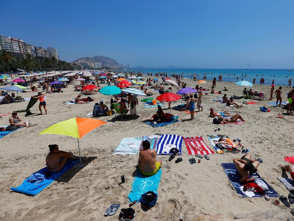 Miles de turistas han acudido a la costa alicantina con el comienzo de julio.