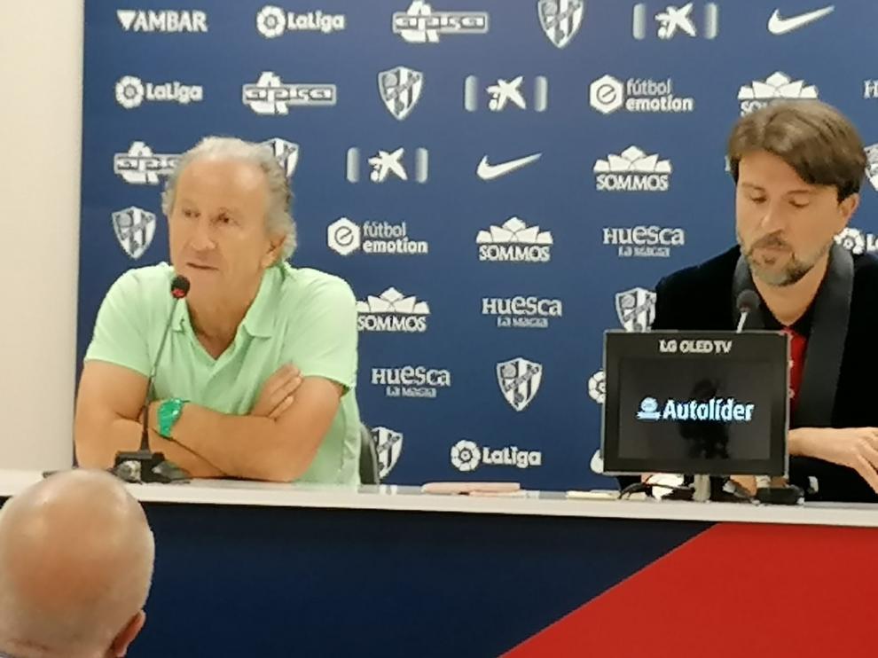 Petón, junto a Ismael Arilla en la sala de prensa de El Alcoraz.