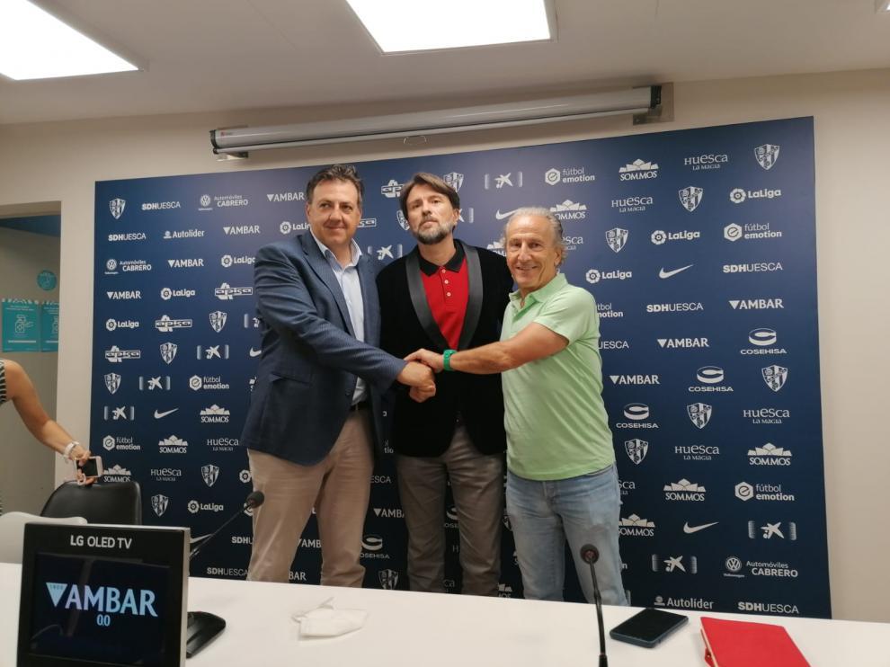 Manuel Torres, Ismael Arilla y Petón, en la sala de prensa de El Alcoraz.