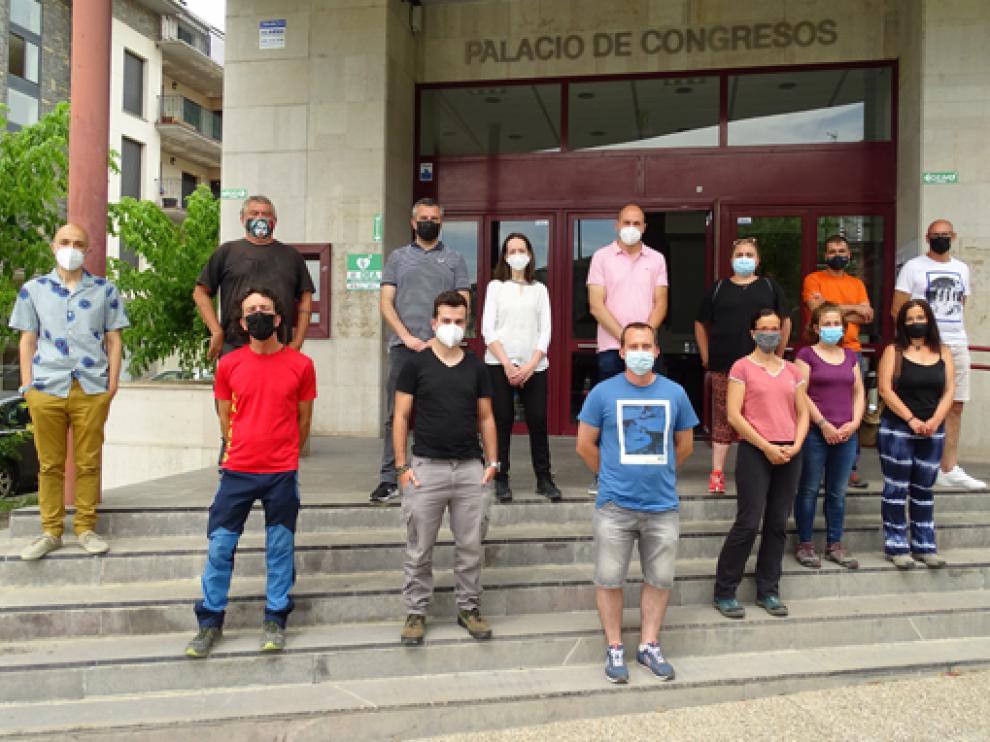 Algunos directivos y participantes en la puerta del Palacio de Congresos.